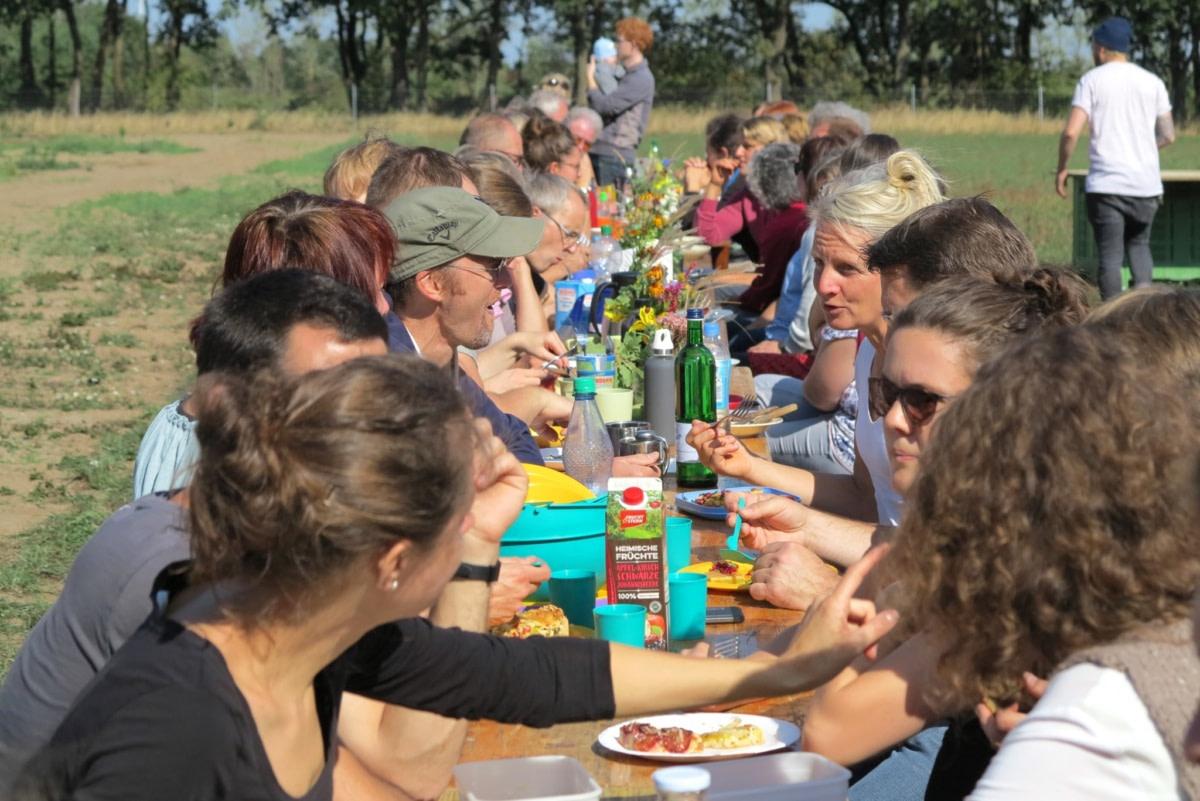 Lerne andere Mitglieder beim gemeinsamen Essen kennen.